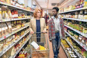 Biomarkt. In Diallos Dorf ist alles Bio. Angelika Hartmann (Senta Berger) Diallo (Eric Kabongo)
